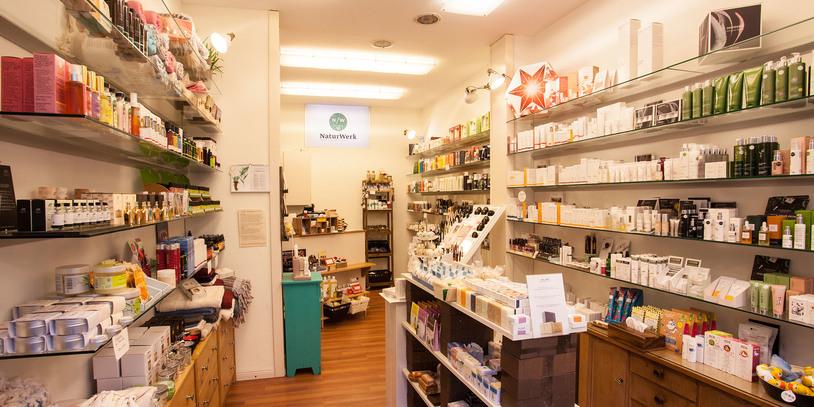 Eine Innenaufnahme mit vielen Produkten im hellen Naturwerk.