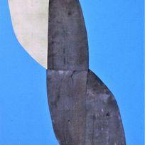 Ein blauer Stoffdruck mit einem grau weissen Motiv