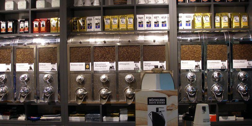 Verscheidene abfüllbare Kaffeesorten in einem Geschäft
