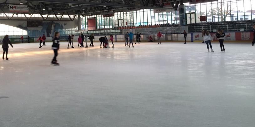 Eine Eisfläche mit Eisläufern.