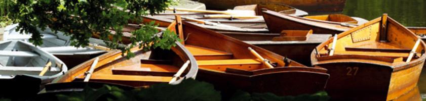 Boote angetäut an einem Steg