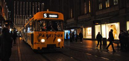 Die Partybahn der BSAG fährt durch die weihnachtlich beleuchtete Bremer Obernstraße.