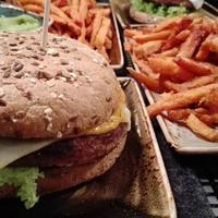 Burger mit Süßkartoffelpommes und verschiedenen Dips