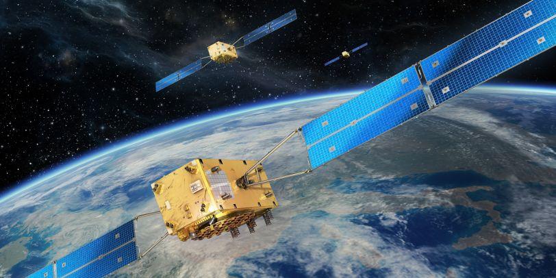 Drei Satelliten im Weltall