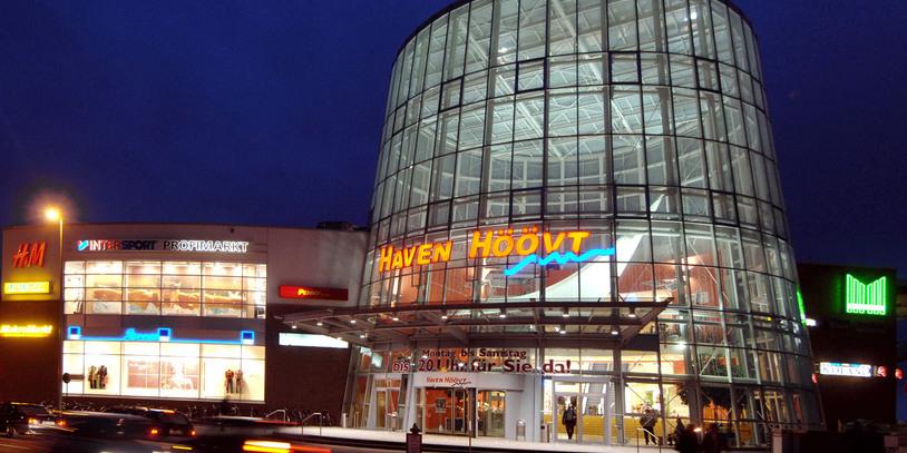 Eine Aufnahme im Dunklen von dem erleuchteten Einkausfzentrum Haven Höövt.