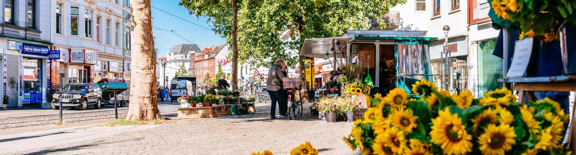 Sonnenblumen an einem Marktstand auf dem Ziegenmarkt.