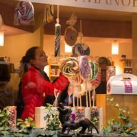 Hinter einem Schaufenster sind Bonbons zu sehen; Quelle: WFB/Katharina Müller<br />
