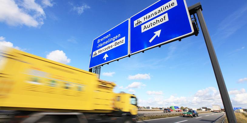 Ein gelber LKW auf der Autobahn in Richtung Hansalinie (Foto: WFB/Jens Lehmkühler).