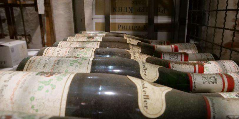Verstaubte Weinflaschen in einem Regal im Ratskeller Bremen