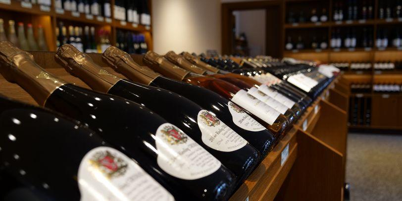 Aufgestellte Weinflaschen im Weinfachgeschäft des Bremer Ratskeller.