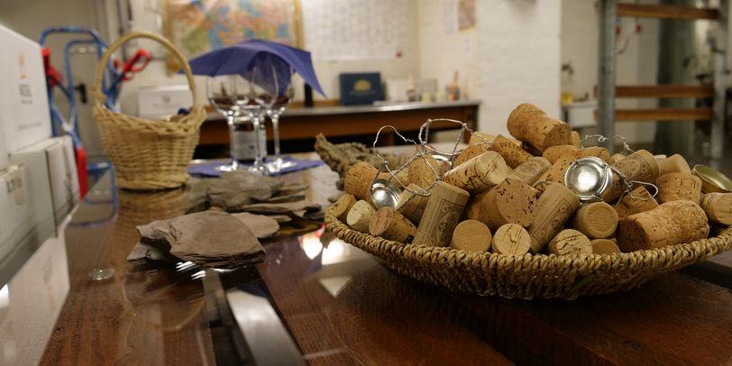 Ein Korb voller Korken im Keller vom Bremer Ratskeller