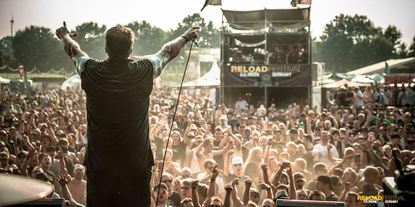Die Bühne des Reload Festivals mit einem Sänger auf der Bühne und jubelnden Publikum