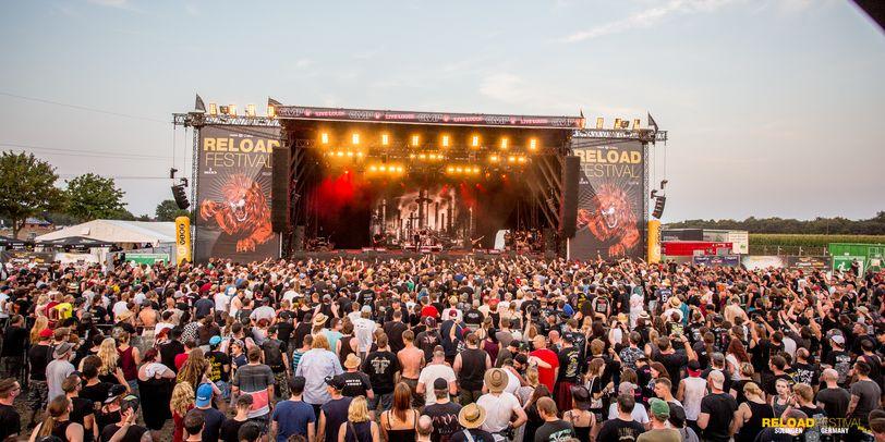 Das Gelände vom Reload Festival, mit Bühne und vielen Besuchern