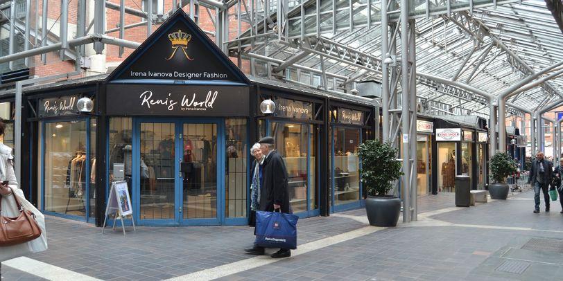 Eine Außenaufnahme des Geschäfts Reni's World in der Lloydpassage.