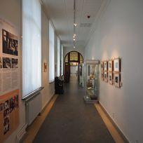 Der lange Gang im Schulmuseum Bremen. Rechts vom Gang gehen die Ausstellungsräume ab.