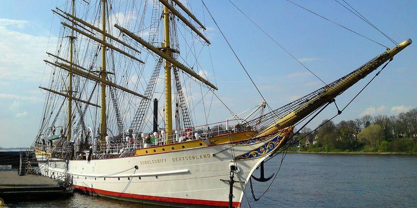 Das Schulschiff Deutschland liegt am Hafen