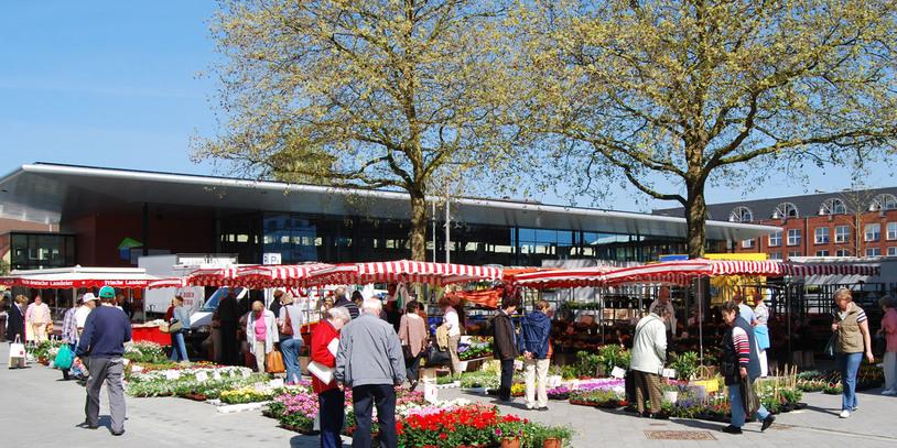 Ein bunter Lebensmittel-Wochenmarkt am Sedanplatz in Vegesack