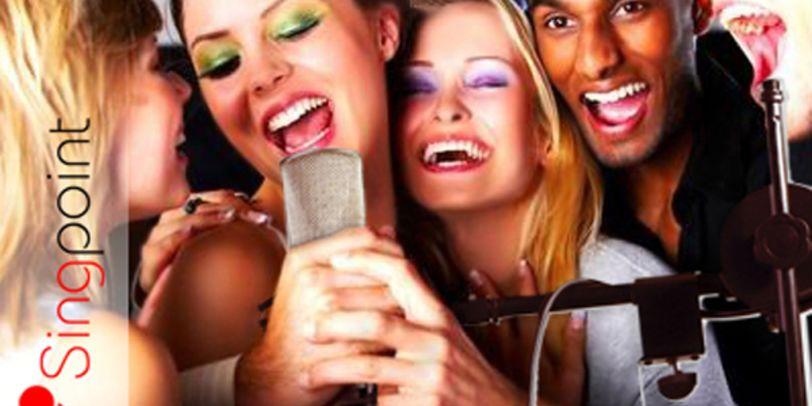 Fünf Teilnehmer singen in ein Mikrofon <br />