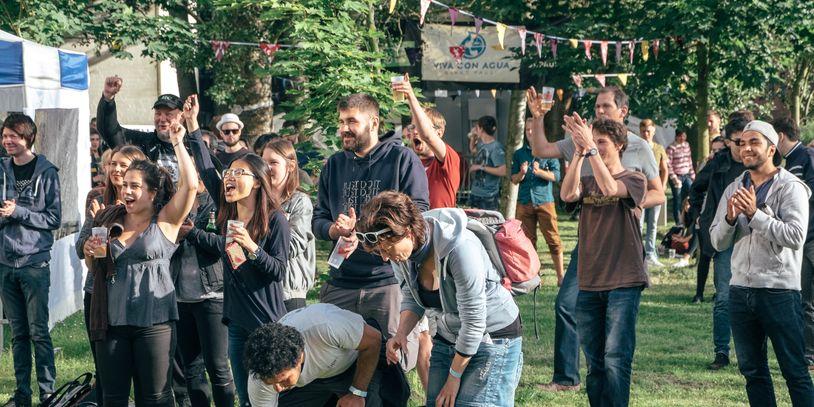Besucher des Sommerfestes an der Vorstraße feiern, spielen und klatschen