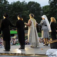 SchauspielerInnen der Shakespeare Company auf der Bühne im Bürgerpark