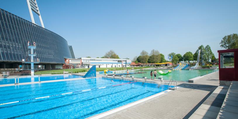 Im Vordergrund die Schwimmbecken des Stadionbads, im Hintergrund das Weser-Stadion