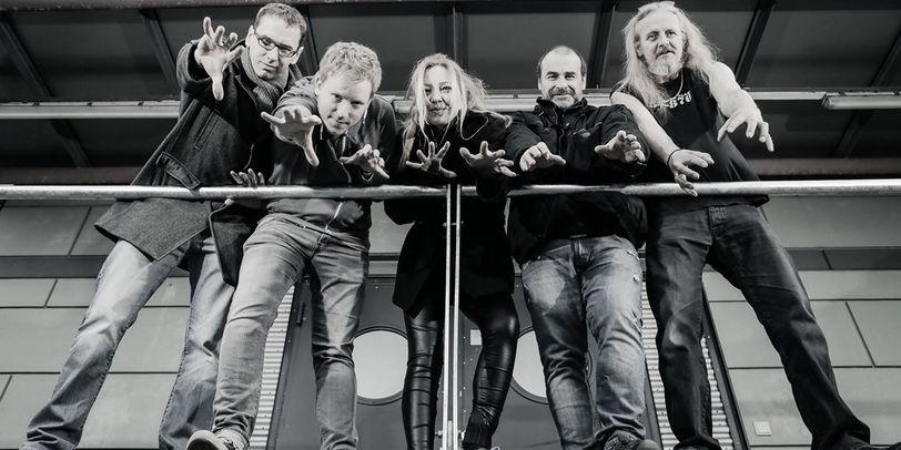 Die 5 Mitglieder der Band Caldera vor einem Geländer