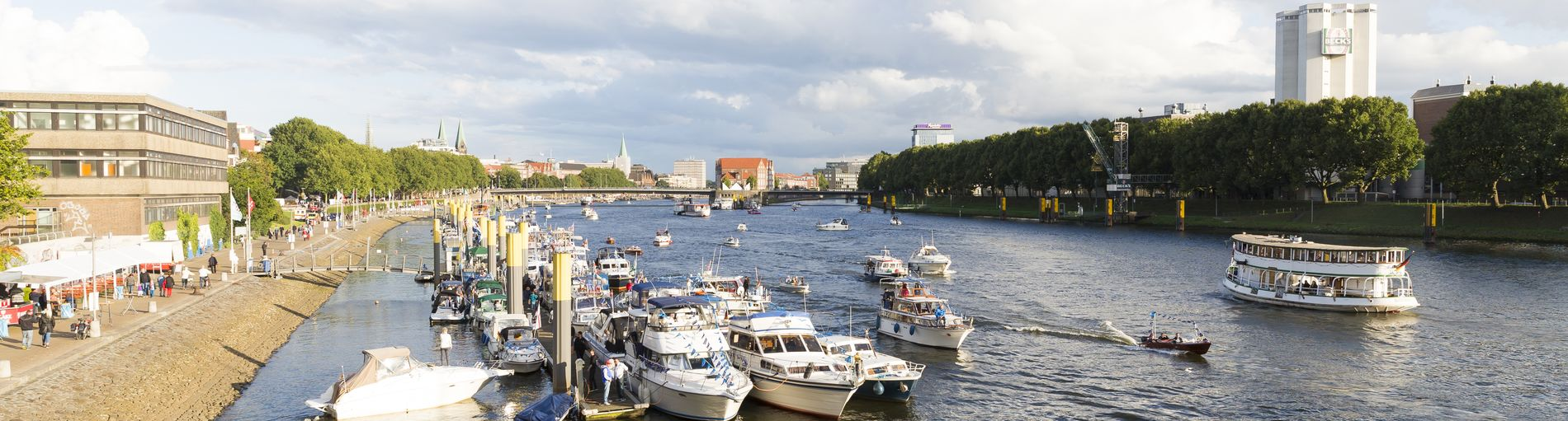 Blick auf die Weser Richtung Schlachte bei regem Schiffstreiben