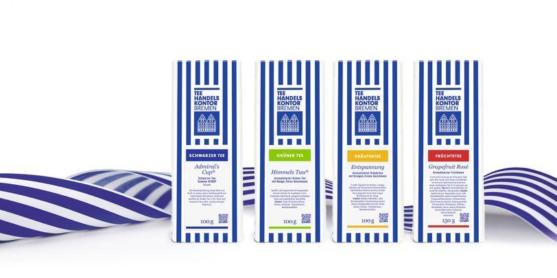 Ein Bild von vier blau-weiß gestreiften Teepackungen.
