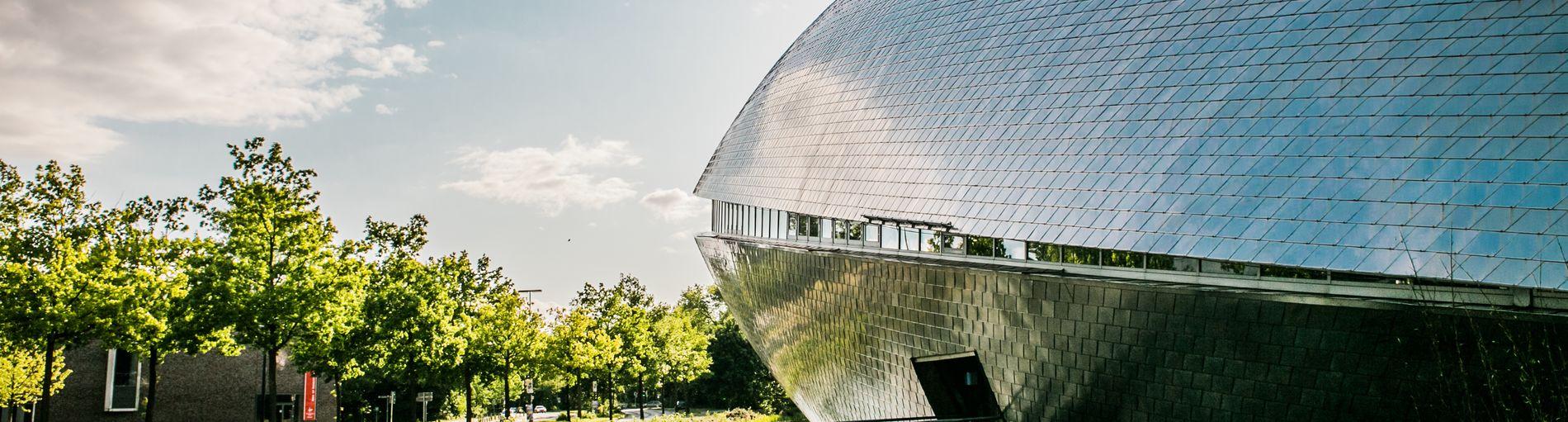 Das futuristische, walförmige Gebäude des Universum Bremen