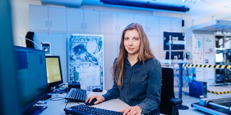 Ein Frau sitzt am Schreibtisch