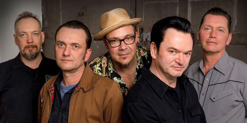 5 Männer schauen ernst in die Kamera.
