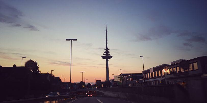 Eine Straße mit einem Turm im Sonnenuntergang