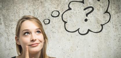 Eine Frau grübelt über etwas über Ihr eine Denkblase mit Fragezeichen