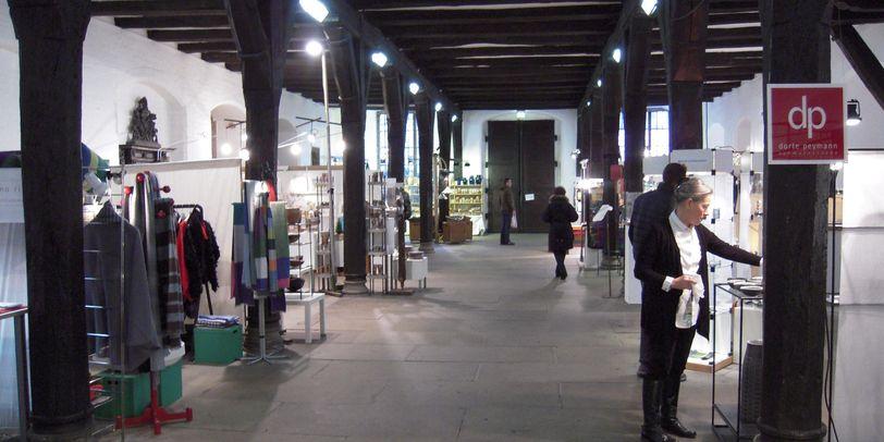 Ein Blick in die untere Rathaushalle in der zahlreiche Kuhnsthandwerker ihre Stände aufgebaut haben.