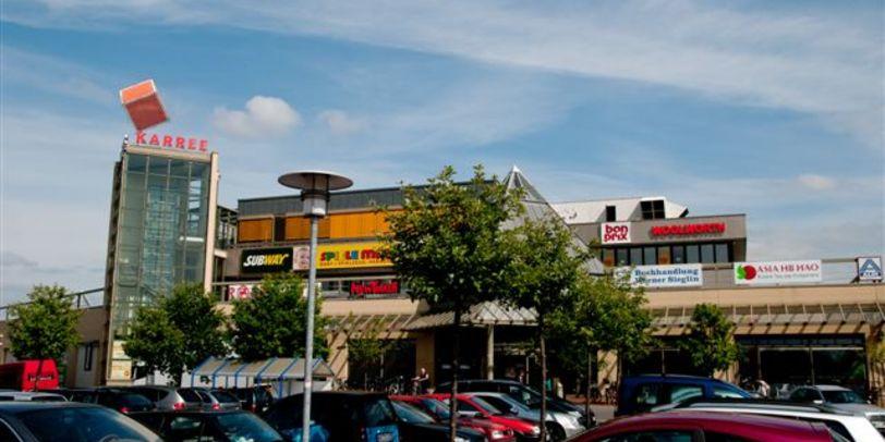 Eine Frontansicht des Werder Karrees vom Parkplatz aus.