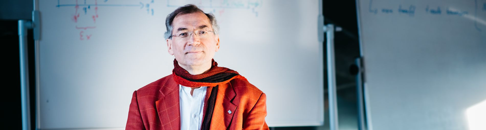 Ein Mann mit rotem Sakko und rotem Schal blickt in die Kamera; Quelle WFB/Jonas Ginter