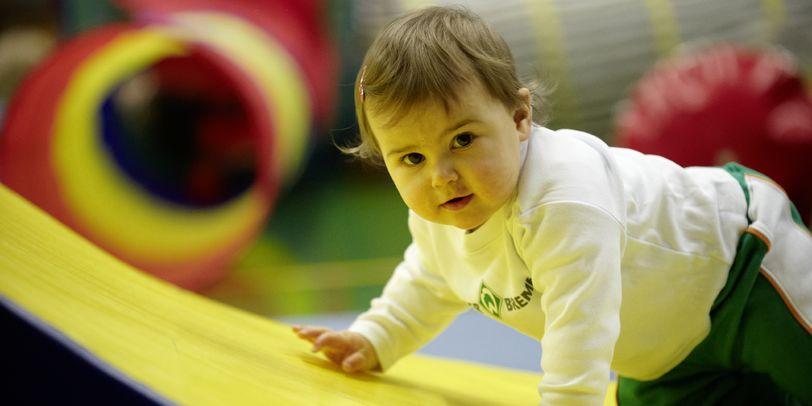 Baby im Werder-Bremen-Trikot (Quelle: SV Werder Bremen)