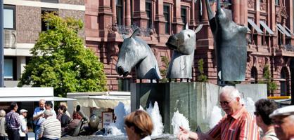 Ein Treffpunkt für Jung und Alt - Der Neptunbrunnen lädt zum Reden, Pausieren und Relaxen ein.