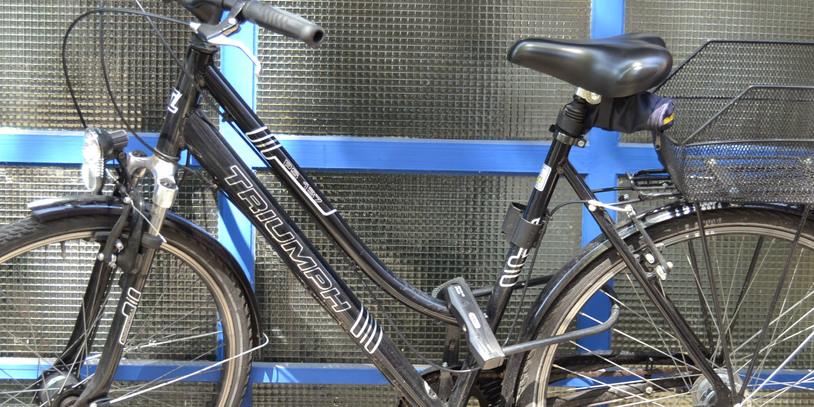 Abgeschlossenes Fahrrad vor Garage; Quelle: bremen.online GmbH - MDR