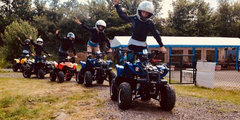 Jugendliche fahren Quad