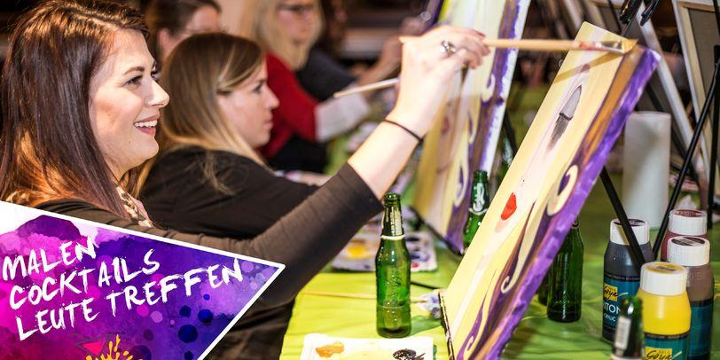 Verschiedene Teilnehmerinnen sitzen vor kleinen Tischstaffeleinen und malen.