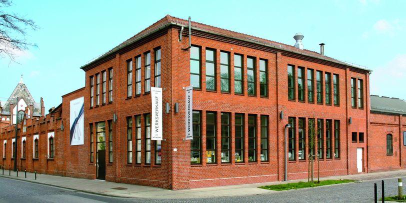 Das Gebäude des Werksverkaufs von außen.