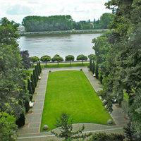Blick auf einen kleinen Park und einen Ausschnitt der Weser