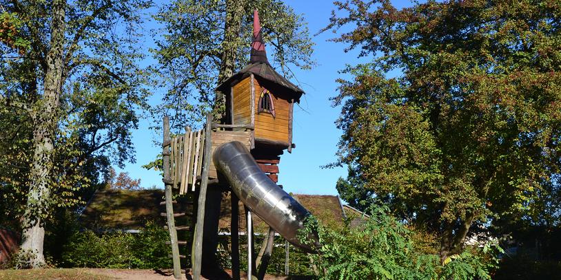 Ein Baumhaus mit Rutsche auf dem Spielplatz im Waller Park. (Foto: WFB / bremen.online - VK)