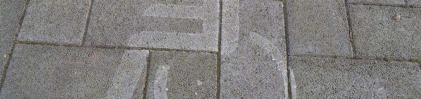 Das Behindertensymbol auf dem Boden eines Behindertenparkplatzes.