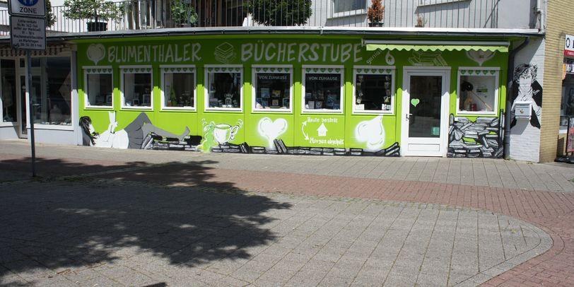 Eine Außenaufnahme der grün-weißen Blumenthaler Bücherstube