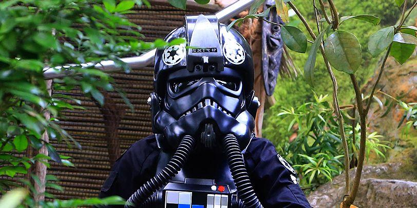 Ein schwarzer Stormtrooper in grünen Dickicht