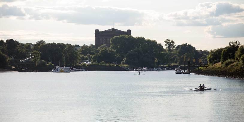 Ausblick auf die Weser mit Sielwallfähre und Wassersportlern