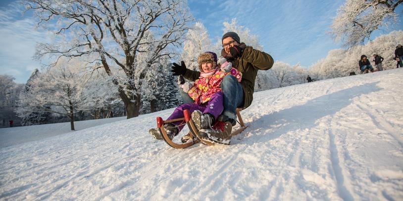 Schnee und Rodeln im Knoopspark