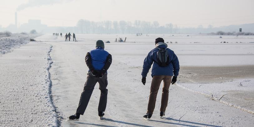 Zwei Personen laufen auf der Semkenfahrt Schlittschuh